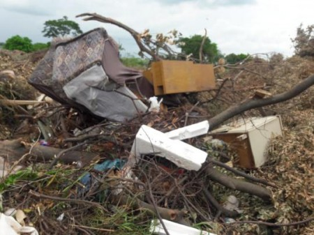 SAMA de OC sinaliza local no Conjunto Augusto Stofaletti que está virando depósito de lixo
