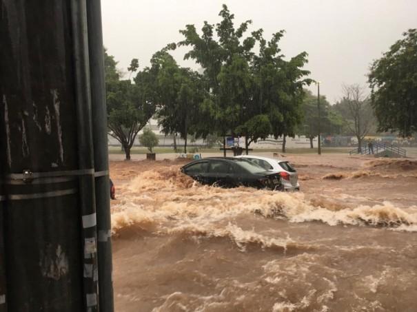 Temporal provoca alagamentos e enxurrada arrasta carros no Parque do Povo, em Presidente Prudente