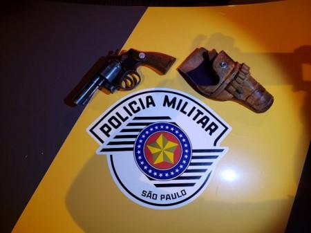 Homem é preso após Polícia Rodoviária encontrar revólveres em veículo, em Adamantina