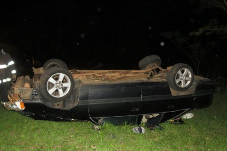 Capotamento deixa motorista ferido no trevo de Osvaldo Cruz