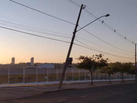 Veículo perde o controle e colide contra um poste, em Osvaldo Cruz
