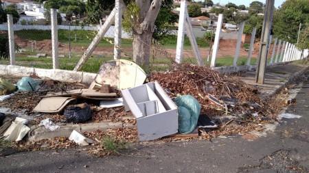 Comum em OC, lixo em calçadas causam preocupações aos munícipes