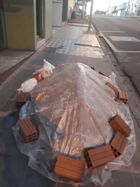 Você Repórter: Materiais de construção depositado em calçadas impedem passagem de jovem com deficiência visual em OC