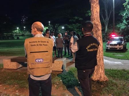 Fiscalização sobre uso obrigatório de máscaras multa pedestres no Parque do Povo, em Presidente Prudente