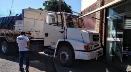 Caminhoneiro morre após passar mal enquanto dirigia; caminhão atingiu uma loja em Iacri