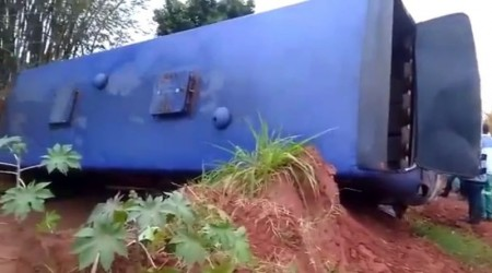 Ônibus com funcionários de usina tomba e deixa trabalhadores feridos em Valparaíso