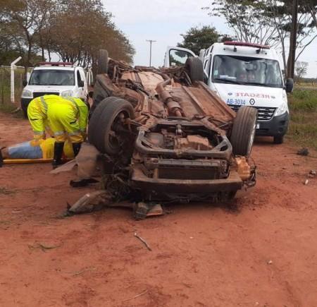 Carro fica destruído após capotamento na SP-294
