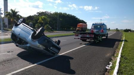 Motorista fica ferido após carro capotar na SP-294