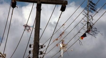 Acidente com pipa em cabo de média tensão deixa mais de 4 mil imóveis sem eletricidade no domingo