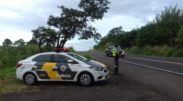Carro transita na contramão, na SP-294, e condutor de 81 anos é preso por embriaguez ao volante