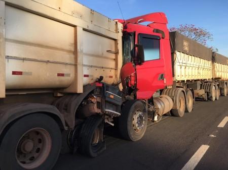 Motorista é socorrido em estado grave após batida entre duas carretas na Rodovia Assis Chateaubriand