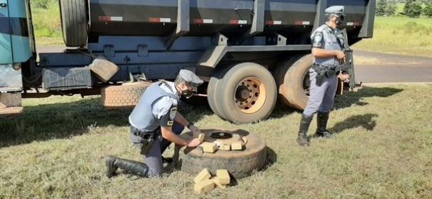 Motorista é flagrado com maconha em pneus de caminhão e tenta fugir por matagal