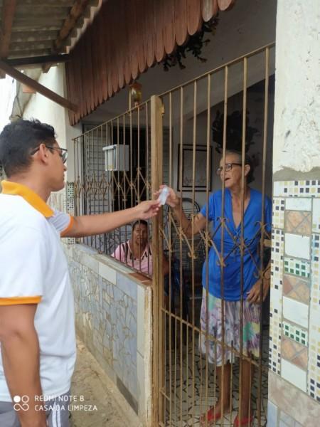 Empresário de Osvaldo Cruz doa álcool em gel para moradores da Vila Esperança