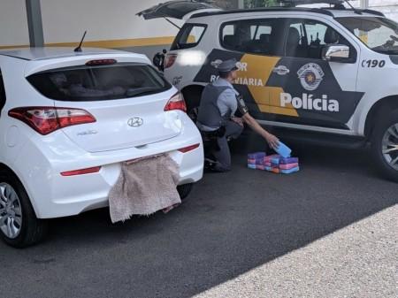 Motorista é presa em flagrante com 17 quilos de cocaína escondidos em tanque de combustível de carro