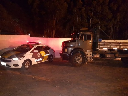 Após denúncia e buscas pela SP-425, Polícia Rodoviária recupera caminhão furtado minutos antes em posto de combustíveis