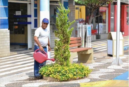 Com mais de 30 anos no serviço público, servidor deixa área comercial diariamente limpa e cuida de plantas e ornamentos localizados na Avenida Brasil