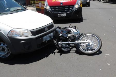 Colisão deixa motociclista ferido em cruzamento na Vila Barros, em Dracena