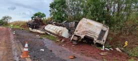 Caminhão carregado com cerca de 35 mil litros de óleo diesel bate em barranco e tomba em rodovia