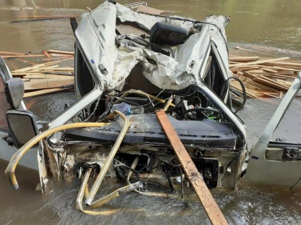 Motorista perde controle do caminhão e cai da ponte do Rio do Peixe na Vicinal que liga Tupã a Quatá