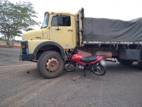 Acidente entre caminhão e motocicleta deixa mulher gravemente ferida, em OC