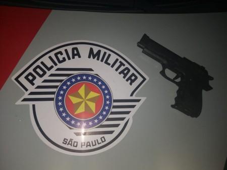 Ao vistoriar veículo, Polícia Militar captura foragido da Justiça e apreende simulacro de pistola em Tupi Paulista