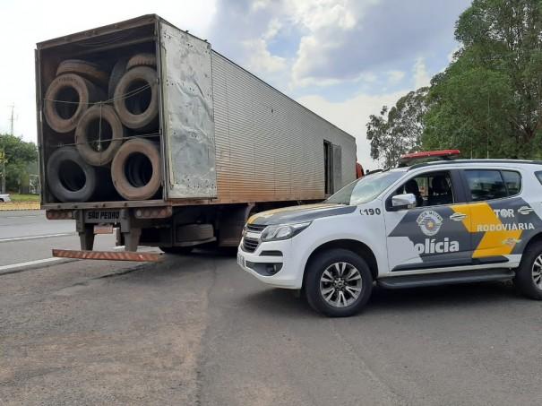 Polícia Rodoviária apreende carga com 600 pneus contrabandeados do Paraguai, em Pirapozinho