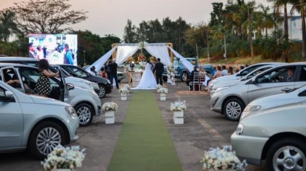 Lucélia tem casamento religioso drive-tru em praça pública