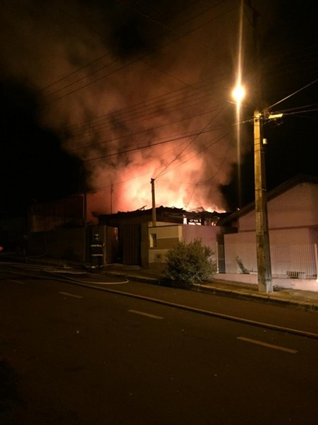 Incêndio destrói residência em Osvaldo Cruz