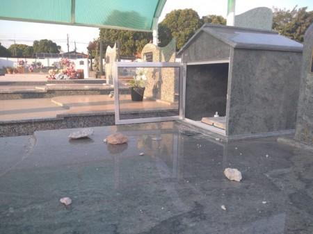 Vândalos voltam a destruir túmulos no cemitério de Osvaldo Cruz