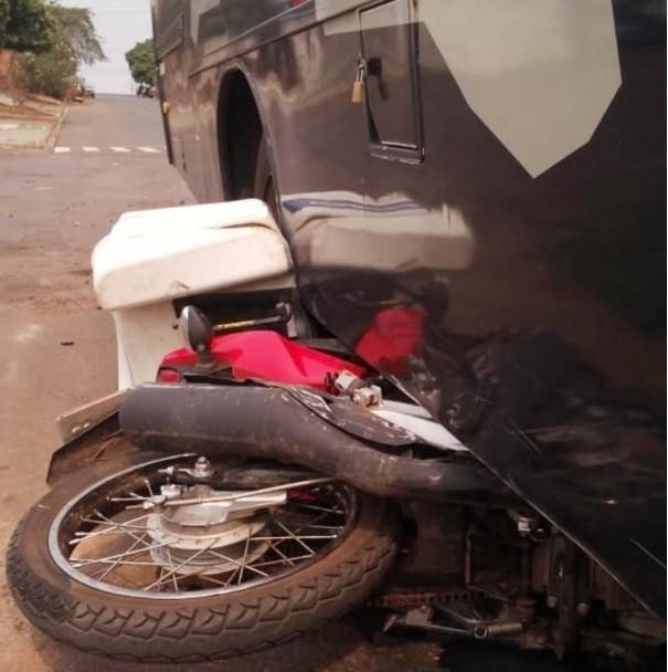 Moto vai parar embaixo de ônibus e motociclista fica ferida em Flórida Paulista
