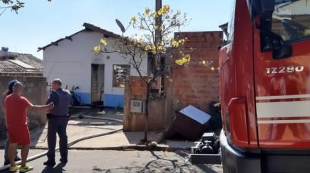 Homem põe fogo na própria casa, no Jardim Bandeirantes em Adamantina
