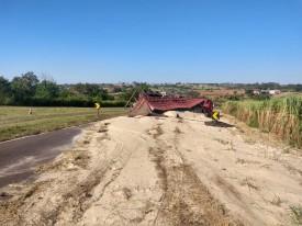 Caminhão tomba na Rodovia José Jacinto de Medeiros e carga de açúcar fica espalhada na pista