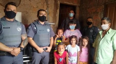 Policiais Militares levam bolo e comemoram o aniversário de menino de 9 anos no Jardim Brasil em Adamantina
