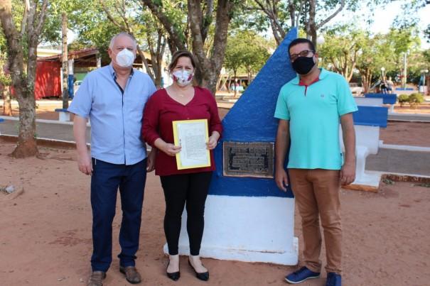 Após 54 anos, praça central de Salmourão recebe documentação