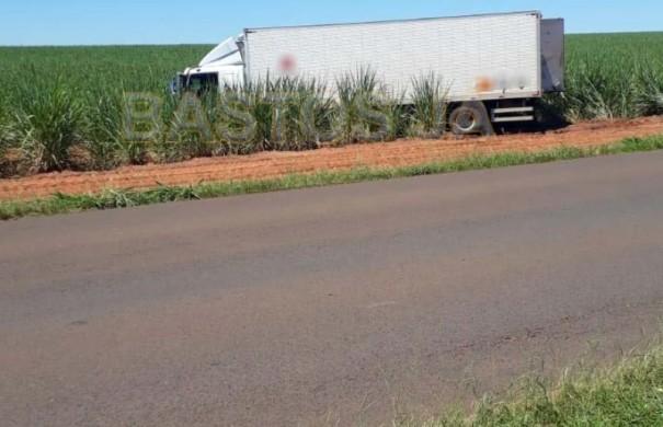 Caminhão com defensivo agrícola roubado é abandonado na vicinal que liga Bastos e Parapuã