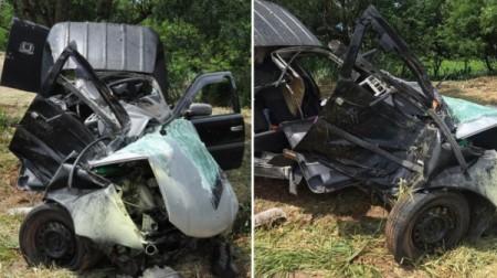 Carro sai da pista, bate em árvore e fica destruído na SP-294