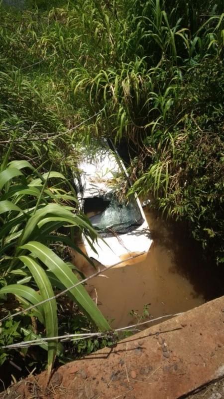 Veículo fica parcialmente submerso em acidente na vicinal de Salmourão