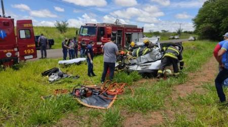 Motorista fica preso nas ferragens em acidente na vicinal Tupã Arco-Íris