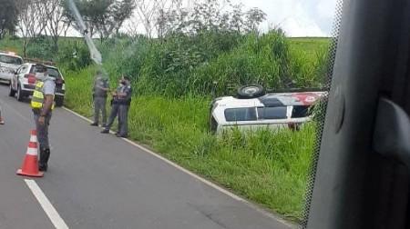 Viatura da PM capota na SP-294, trecho entre Flórida e Pacaembu