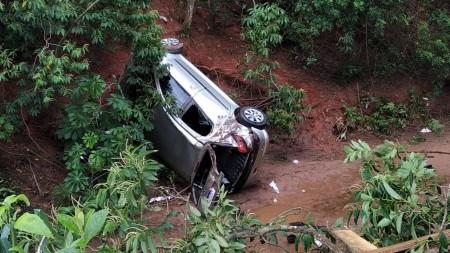 Motorista embriagado perde controle do carro, cai em ribanceira, em Rinópolis