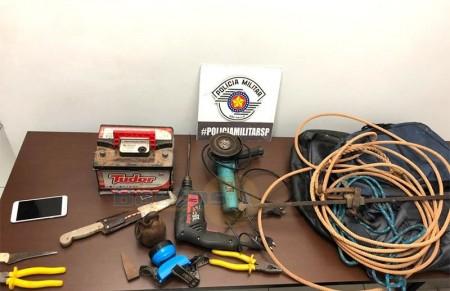 Polícia Militar age rápido e flagra indivíduos com ferramentas furtadas de sítio em Iacri