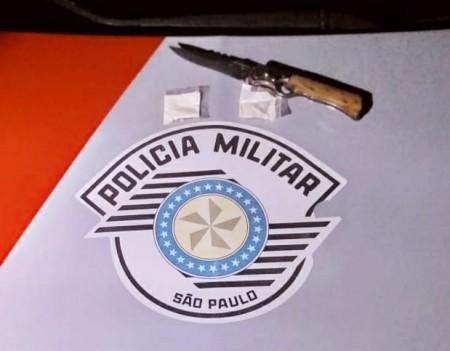 Polícia Militar registra ocorrência de porte de cocaína e posse de arma branca, em Osvaldo Cruz