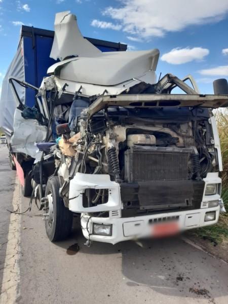 Colisão traseira entre dois caminhões é registrada na SP-425, em Parapuã