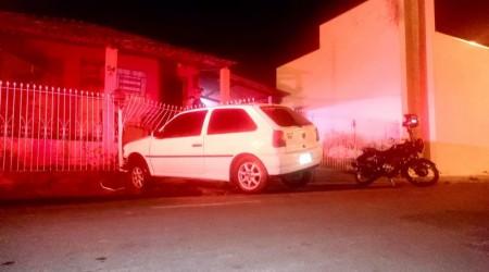 Motorista perde controle de veículo que invade residência em Osvaldo Cruz