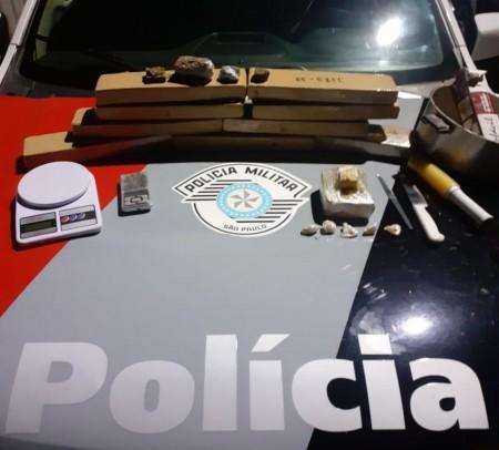 Ao avistar a PM, homem abandona motocicleta e mais de 10 quilos de drogas em Dracena