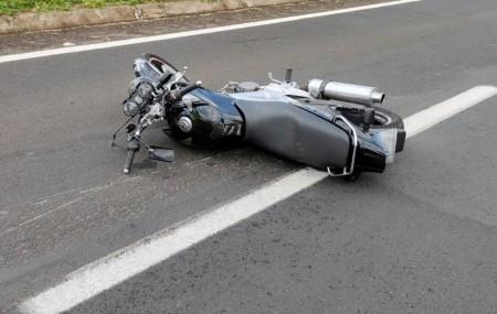 Rapaz de 22 anos morre depois de bater moto em defensa metálica e tombar em rodovia
