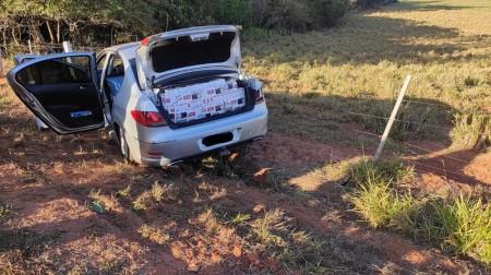 Motorista foge em alta velocidade com 12,5 mil maços de cigarros contrabandeados e bate carro em cerca às margens de rodovia