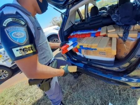 Fiscalização encontra tabletes de maconha após motorista entrar repentinamente em canavial e abandonar carro