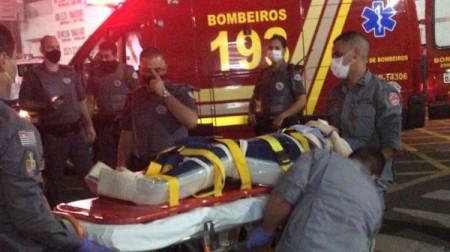 Mulher fica ferida após acidente entre carro e moto no centro de Adamantina