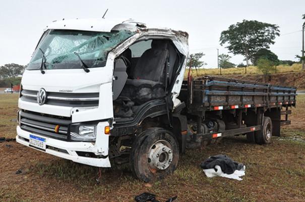 Motorista fica ferido após capotar caminhão na rodovia SP-294